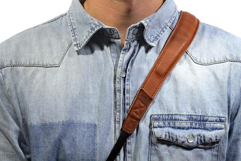 長さを調整して、首から下げての使用や、たすき掛けで使用できます。